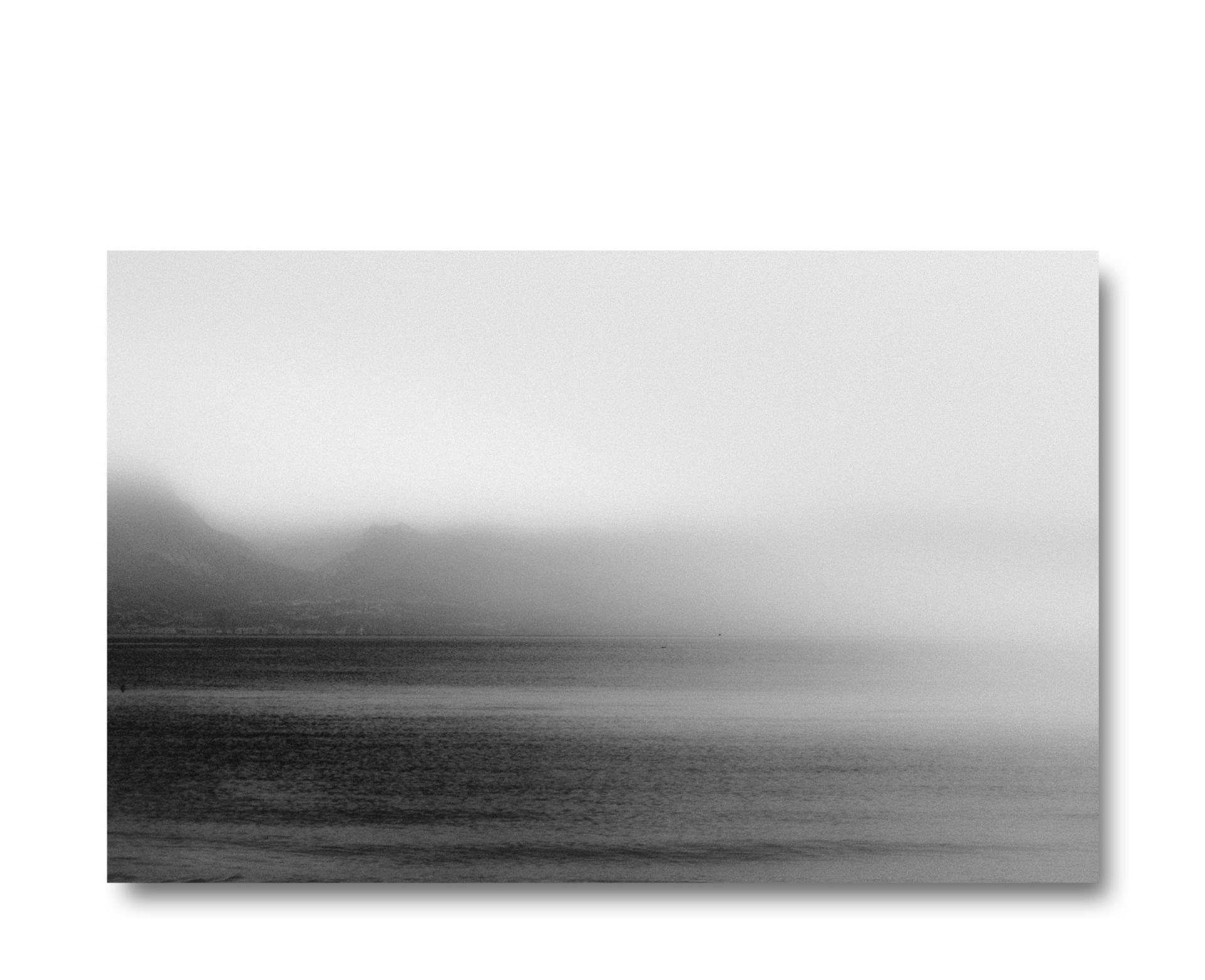 ONIRICO. io sono., Sirmione ed il suo orizzonte. Il Lago ci avvolge. Il suo essere ed il suo divenire in una naturale trasformazione.Tutto è sospeso. Il tempo è fermo,ma potrebbe cambiare e trasformarsi.